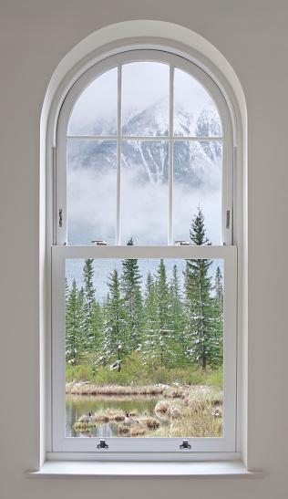 雪山「アーチ型の窓、山の眺め」:スマホ壁紙(9)