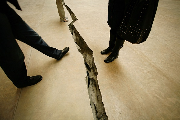Cracked「Doris Salcedo Opens The Unilever Series At Tate Modern」:写真・画像(17)[壁紙.com]