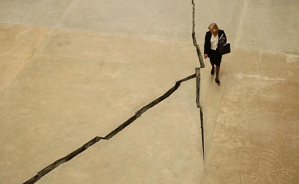 Installation Art「Doris Salcedo Opens The Unilever Series At Tate Modern」:写真・画像(13)[壁紙.com]