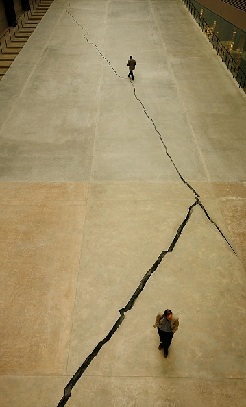 Cracked「Doris Salcedo Opens The Unilever Series At Tate Modern」:写真・画像(6)[壁紙.com]