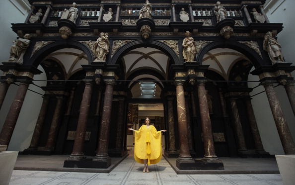 Silk「A Golden Spider Silk Cape Is Unveiled At The Victoria And Albert Museum」:写真・画像(5)[壁紙.com]