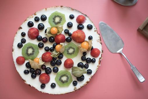 Kiwi「Fruitcake and cake server on pink background」:スマホ壁紙(2)