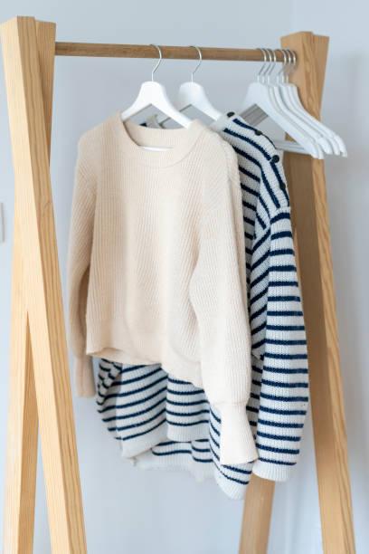Pullovers hanging on clothes rack:スマホ壁紙(壁紙.com)