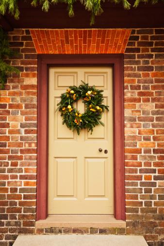 Front Door「Rustic Holiday Wreath on Colonial Front Door」:スマホ壁紙(4)