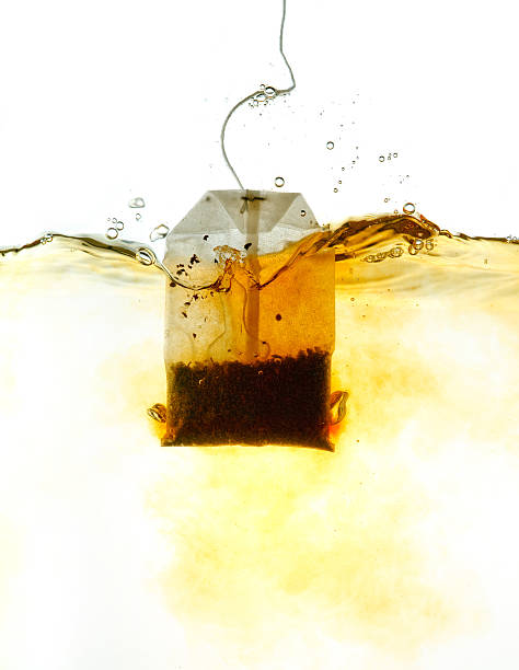 Teabag in hot water:スマホ壁紙(壁紙.com)