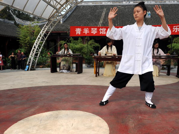 シタール「Guqin Performance Staged In Qingyang Gong Taoist Temple To Usher In Mid-Autumn Festival」:写真・画像(19)[壁紙.com]