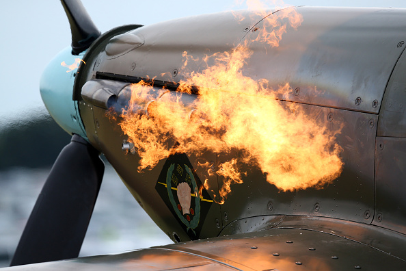 Military Airplane「Spitfires And Hurricanes Flypast to Mark The Battle Of Britain's Hardest Day」:写真・画像(10)[壁紙.com]