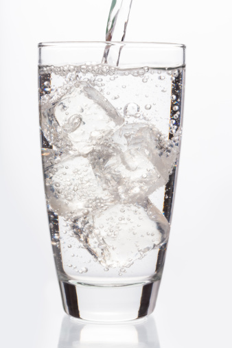 Carbonated drink「Close up on sparkling water filling a glass」:スマホ壁紙(5)