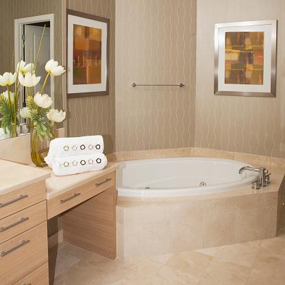 アート「Bathtub, wall art and countertops in bathroom」:スマホ壁紙(5)