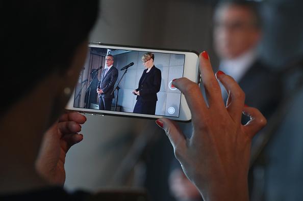 Portable Information Device「De Maiziere Visits Berlin Facebook Offices」:写真・画像(7)[壁紙.com]