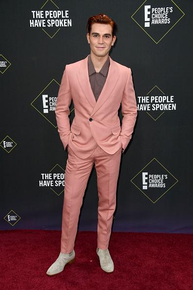 KJ Apa「2019 E! People's Choice Awards - Arrivals」:写真・画像(1)[壁紙.com]