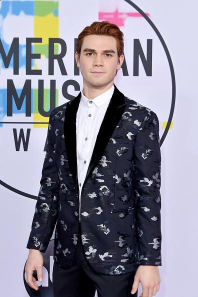 KJ Apa「2017 American Music Awards - Arrivals」:写真・画像(19)[壁紙.com]
