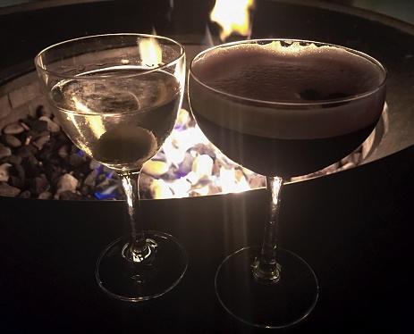 炎「Vodka Martini and Martini Espresso cocktails in front of burning flames during night」:スマホ壁紙(5)