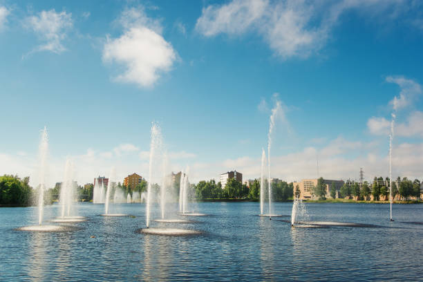 Water fountains in lake, Oulu, Finland:スマホ壁紙(壁紙.com)