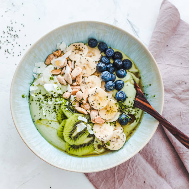 Coconut matcha yogurt bowl with blueberries, banana, kiwi fruit and nuts:スマホ壁紙(壁紙.com)