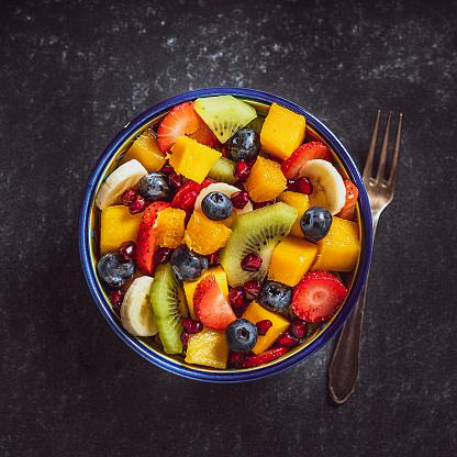 Kiwi「Healthy homemade fruit salad bowl shot from above.」:スマホ壁紙(15)