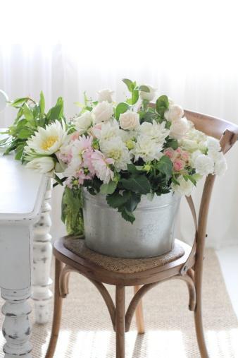 カーネーション「Bucket of flowers on chair」:スマホ壁紙(18)