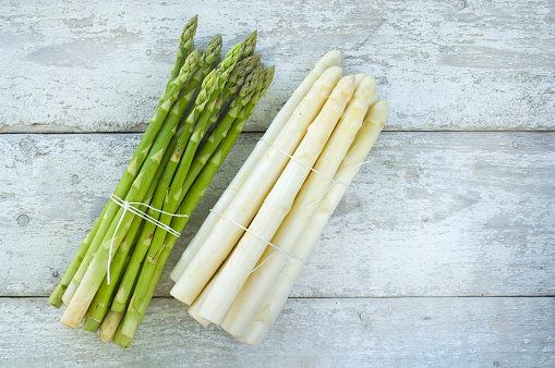 Asparagus「Bunches of green and white asparagus on wood」:スマホ壁紙(11)