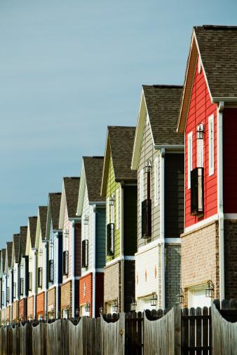 Vertical「A row of colorful suburban homes」:スマホ壁紙(17)