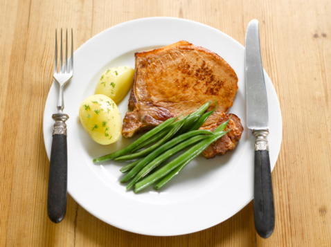 Bush Bean「Pork chop with potatoes and green beans on plate」:スマホ壁紙(9)
