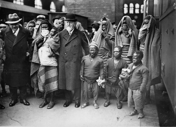People「Dr. heck with his guests from Africa on their arrival at the station of Berlin Zoo. The faces of the women of Sara-Kaba are mantled. Photograph. April 21st 1931.」:写真・画像(9)[壁紙.com]
