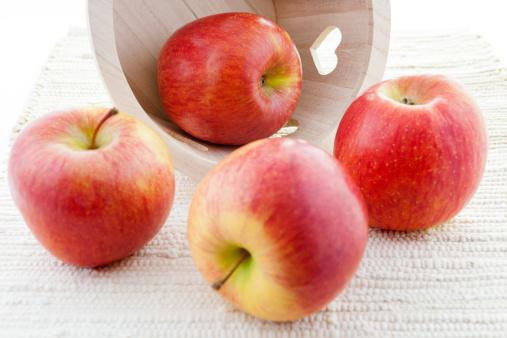 リンゴ「赤いリンゴ「菊木製バスケットを完備。」:スマホ壁紙(12)