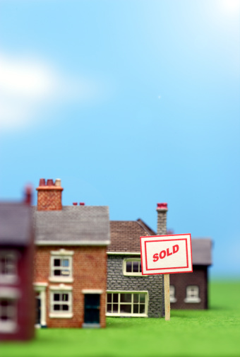 "Sold Out「""Sold"" sign by row of model houses (focus on sign)」:スマホ壁紙(18)"