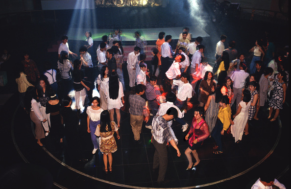 Tom Stoddart Archive「China, Shenzen, people dancing in nightclub, elevated view」:写真・画像(7)[壁紙.com]