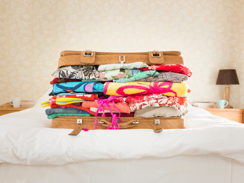 Vacations「overpacked suitcase on bed, suburban home」:スマホ壁紙(5)