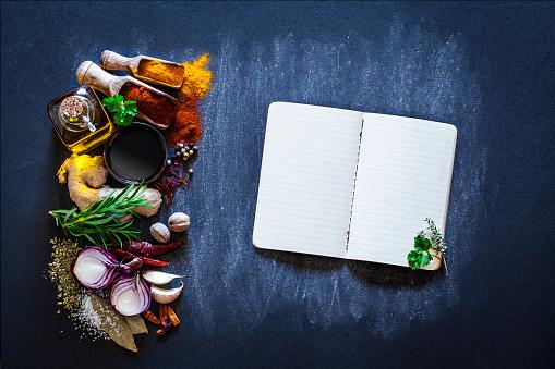 野菜「暗い台所のテーブルにハーブとスパイスが香る料理」:スマホ壁紙(9)