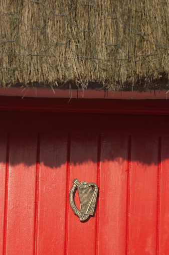 Good luck「Irish cottage door with good luck harp sign」:スマホ壁紙(8)