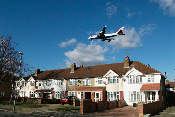 2008「Aeroplane flying over rooftops near Heathrow Airport, London, UK」:写真・画像(9)[壁紙.com]