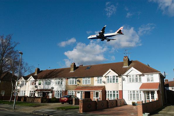 Heathrow Airport「Aeroplane flying over rooftops near Heathrow Airport, London, UK」:写真・画像(17)[壁紙.com]