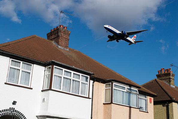 Suburb「Aeroplane flying over rooftops near Heathrow Airport, London, UK」:写真・画像(2)[壁紙.com]