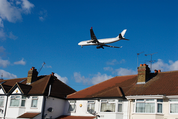 Heathrow Airport「Aeroplane flying over rooftops near Heathrow Airport, London, UK」:写真・画像(13)[壁紙.com]
