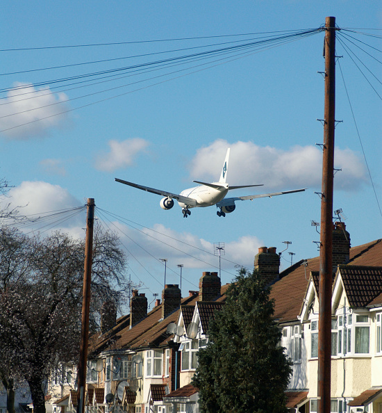 Noise「Aeroplane flying over rooftops near Heathrow Airport, London, UK」:写真・画像(2)[壁紙.com]