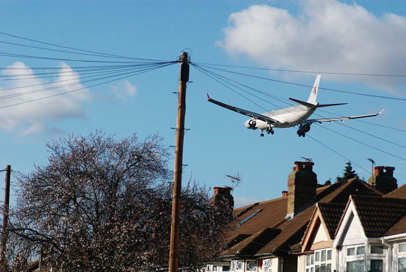 Noise「Aeroplane flying over rooftops near Heathrow Airport, London, UK」:写真・画像(19)[壁紙.com]