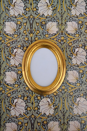 Girly「Oval golden picture frame on wallpaper with Art Nouveau floral design」:スマホ壁紙(16)