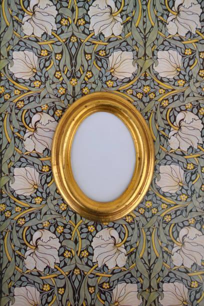 Oval golden picture frame on wallpaper with Art Nouveau floral design:スマホ壁紙(壁紙.com)