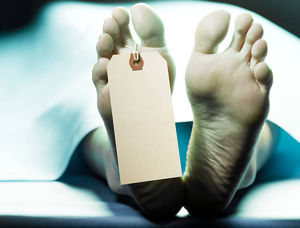 Dead person on autopsy table with name tag on toe, low section:スマホ壁紙(壁紙.com)