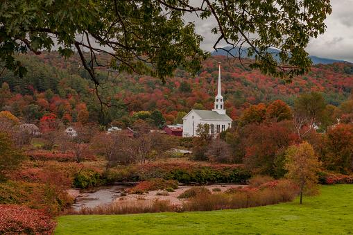 Stowe - Vermont「Autumn foliage in New England village」:スマホ壁紙(11)