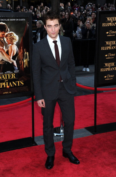 Robert Pattinson「'Water For Elephants' New York Premiere - Outside Arrivals」:写真・画像(16)[壁紙.com]