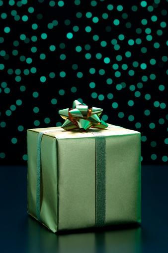 プレゼント「エレガントなギフトボックスにゴールドリボンアゲインスト緑色照明の背景」:スマホ壁紙(18)