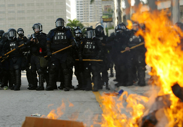 Front View「Anti-FTAA Protesters Clash With Police In Miami」:写真・画像(11)[壁紙.com]