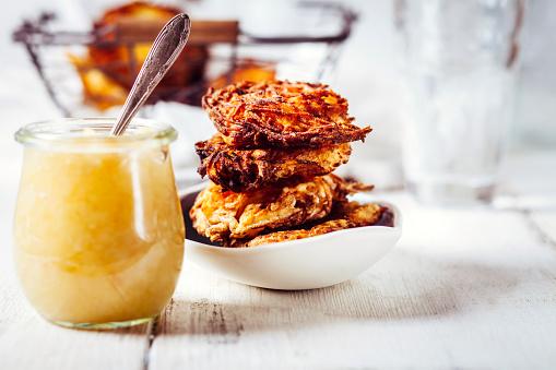 Appetizer「Jar of apple sauce and bowl of crunchy Jewish latkes」:スマホ壁紙(14)