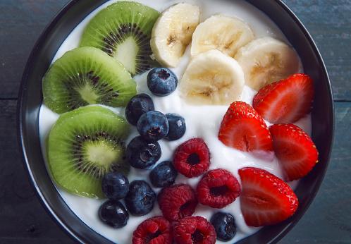 Kiwi「Bowl of natural yoghurt and different fresh fruits」:スマホ壁紙(14)