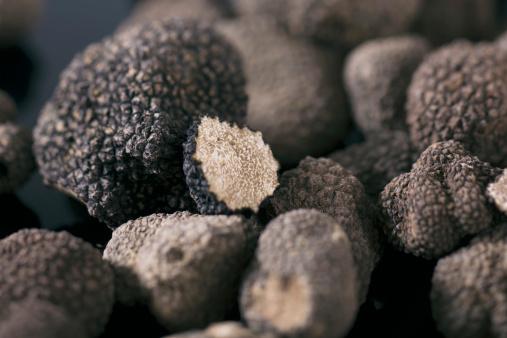 Indulgence「Germany, Black truffles on table」:スマホ壁紙(11)