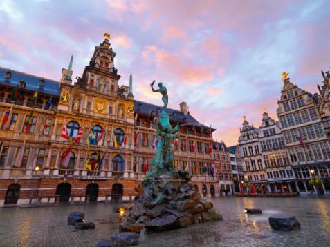 Belgium「Brabo Fountain & City Hall at dusk」:スマホ壁紙(13)