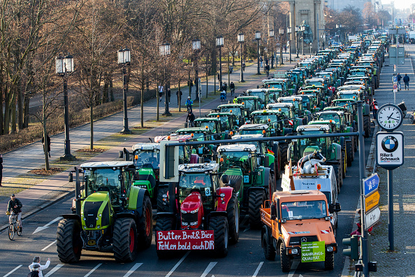 Tractor「Farmers Protest During Green Week Trade Fair」:写真・画像(8)[壁紙.com]