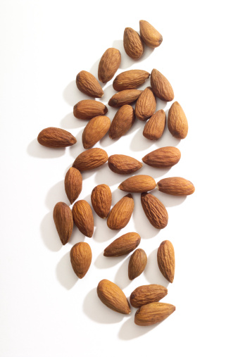 アーモンド「Almonds on white background, close-up」:スマホ壁紙(3)